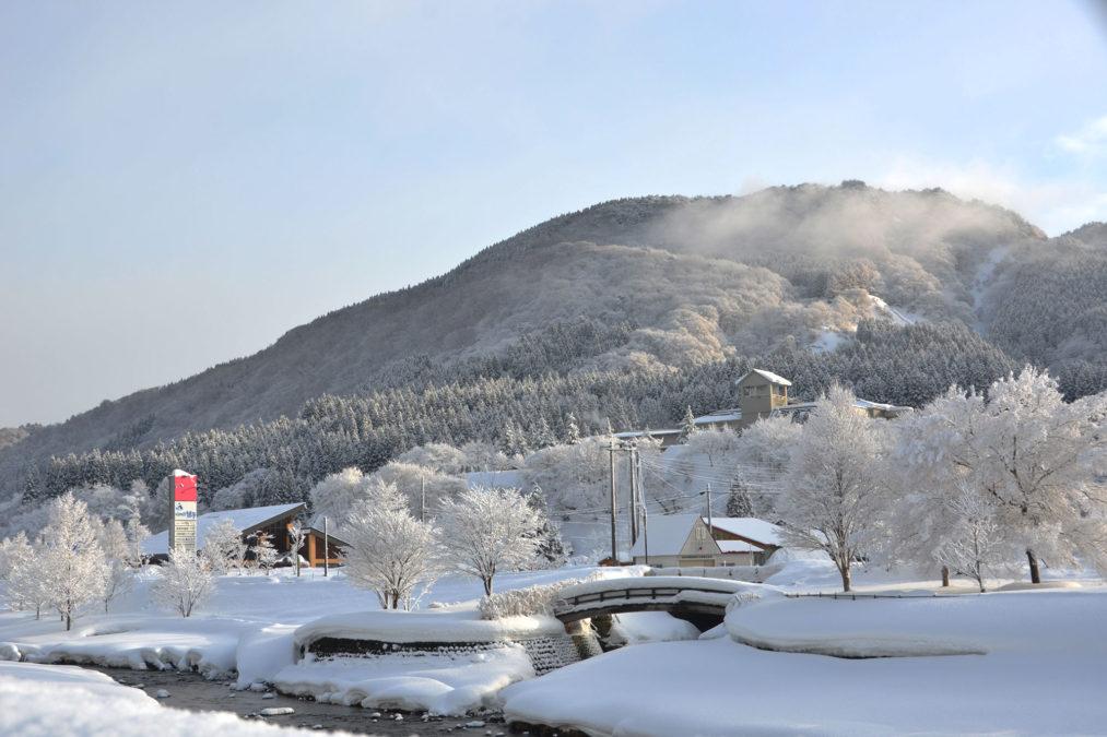 白神山地を望む真冬の里山登山